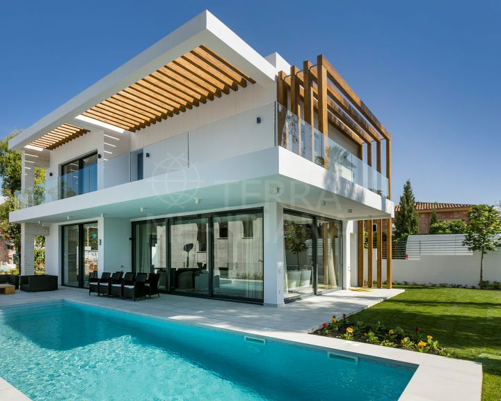 New 4 bedroom contemporary villa with private pool and sea views for sale in Atalaya, Estepona