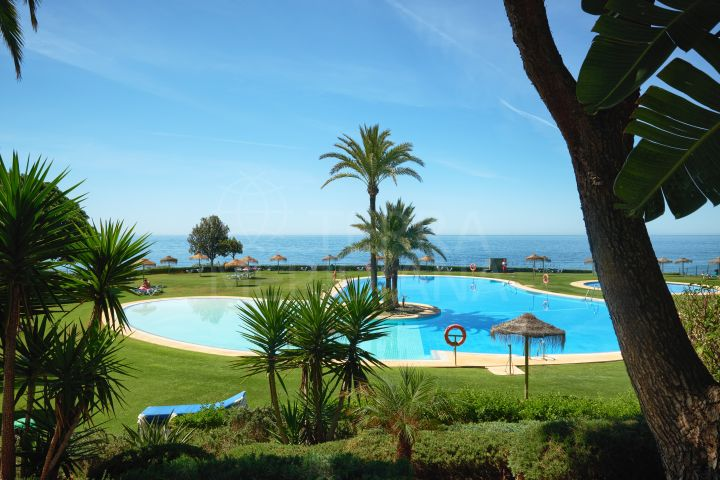 First-floor apartment with sea views for sale in Los Granados de Cabopino, Marbella East