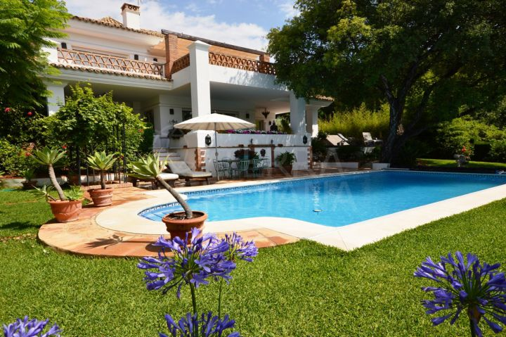 Spacious villa for sale in one of the coast´s most prestigious neighbourhoods, Altos Reales, Marbella Golden Mile