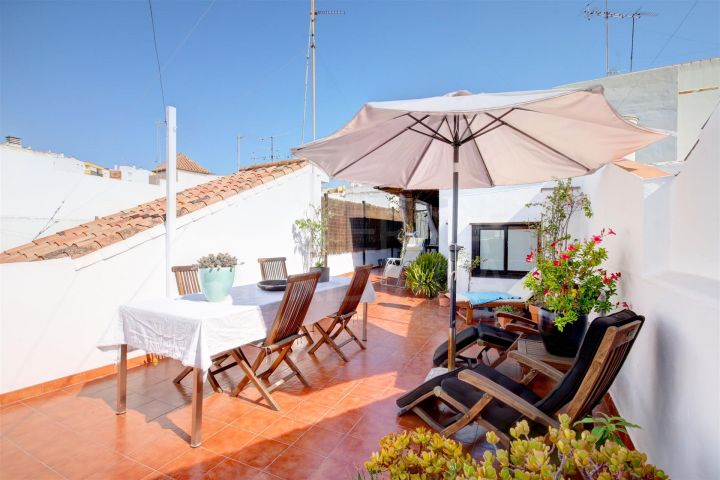 Large townhouse for sale in the old town of estepona, move in condition with separate apartment