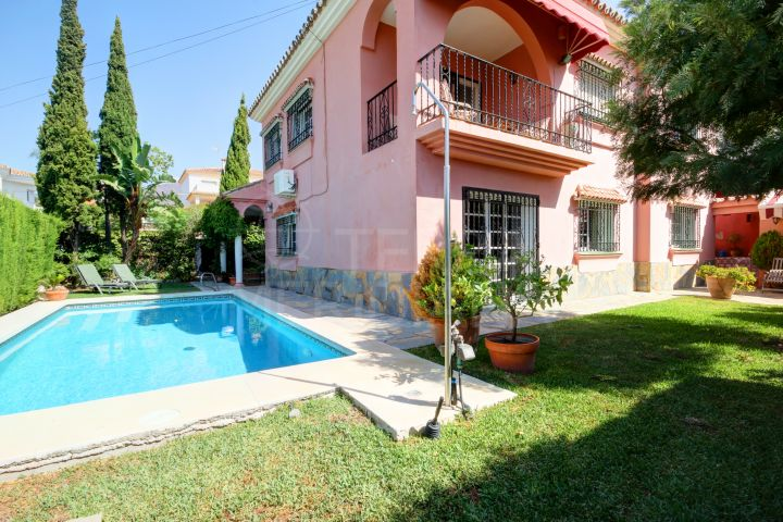 Villa for sale in Seghers with private pool and sea views, Estepona