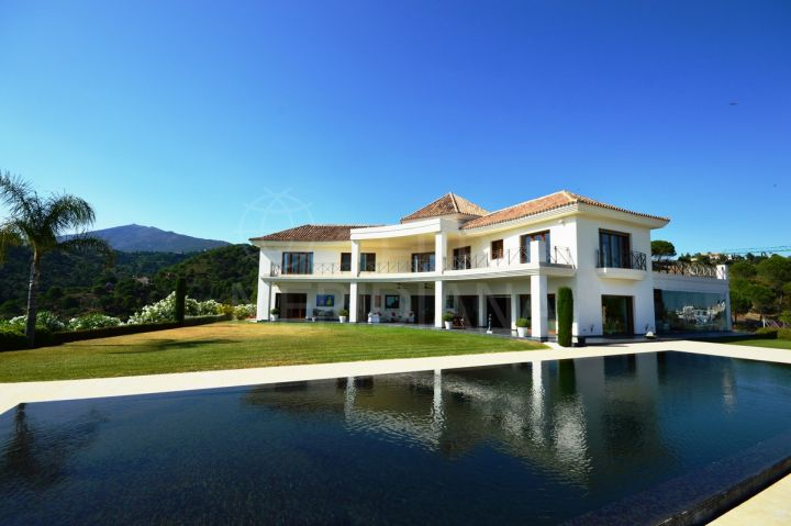 Spacious and classic villa with uninterrupted coastal views for sale in La Reserva de Alcuzcuz, Benahavis