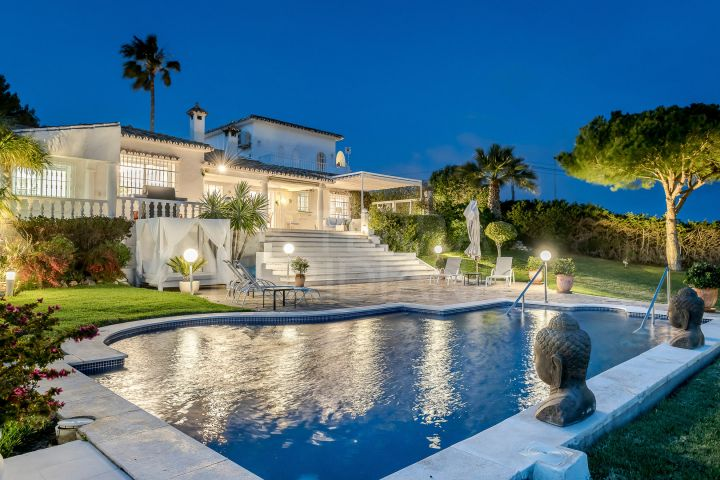 Recently renovated luxury villa with tennis court and sea views for sale in Lomas de Río Verde, Marbella Golden Mile