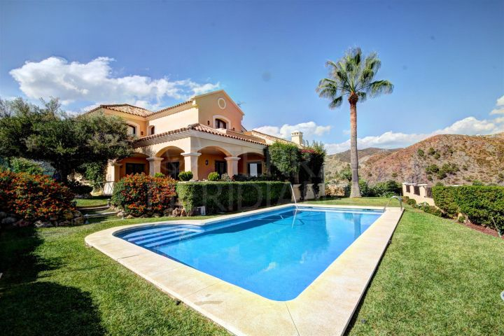 Classic style villa for sale in Las Lomas de la Quinta in Benahavis, with sea views