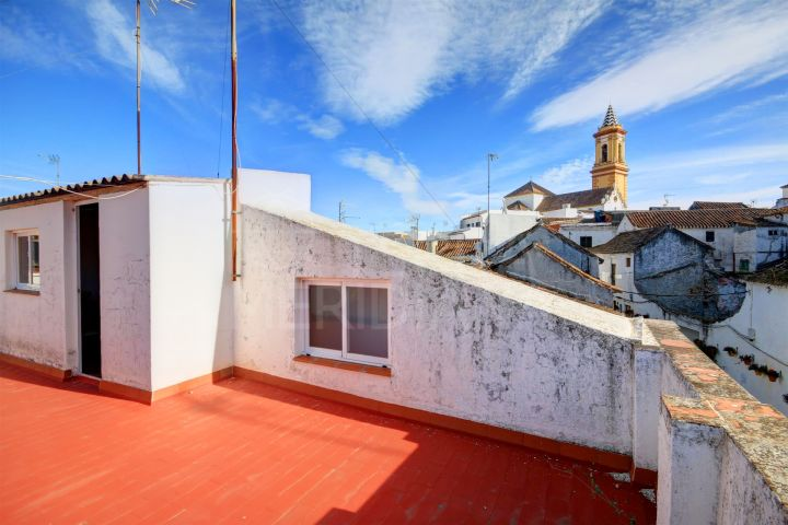 Townhouse for sale in the old town of Estepona, with large private solarium terrace