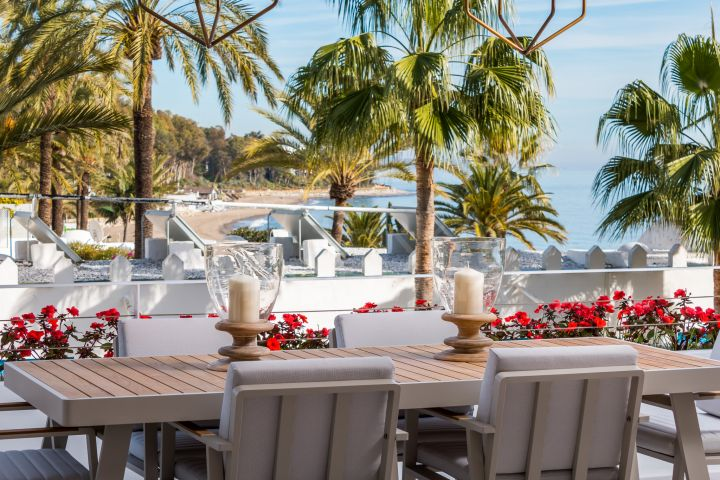 Exquisite apartment with postcard-perfect beach and sea views for sale in the seafront development of Port Oasis, Marbella Golden Mile