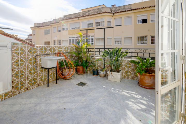 Very large townhouse in the centre of Estepona in a gated community with private garage