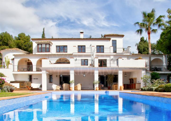 Villa walking distance to the beach in a the for sale in La Carolina, Marbella Golden Mile