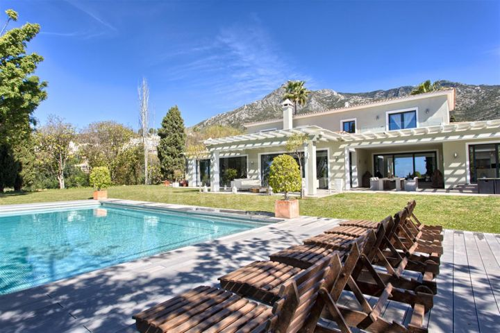 Elegant and stunning villa for sale in the highly prestigious Marbella Hill Club, Marbella Golden Mile