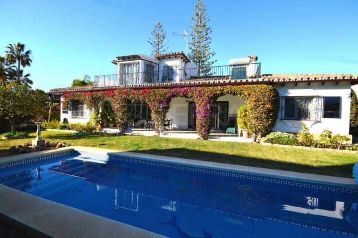 Sunny beachside villa with new project in one of the most emblematic addresses of the coast for sale in Casablanca, Marbella Golden Mile