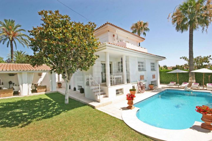 Elegant family villa for sale in the prominent neighbourhood of El Pilar, Estepona
