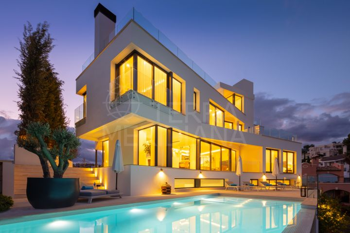 Brand new sleek and exclusive luxury villa with enviable views for sale in La Quinta, Benahavis