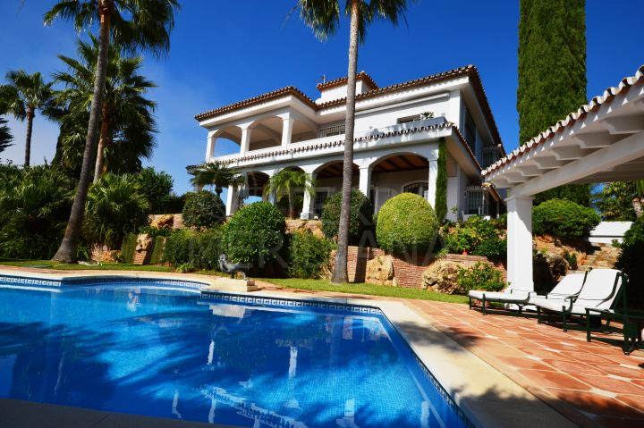 Elegant and spacious beachside villa for sale in Bahia de Marbella, Marbella East
