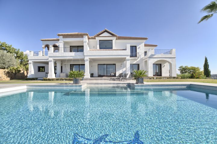 Magnificent and spacious villa with incomparable sea views for sale in Los Flamingos Golf, Benahavis