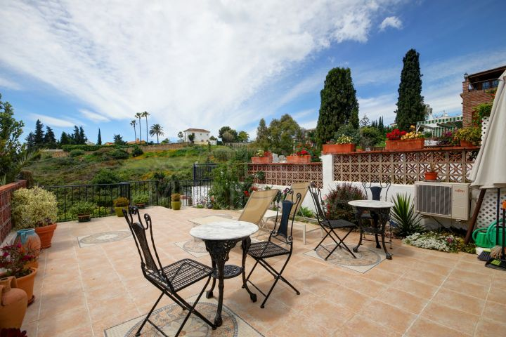 Townhouse in move in condition for sale in Puerto Romano in Estepona, with terrace and sea views