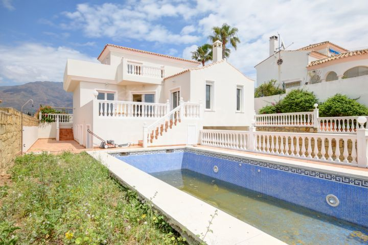 Large villa for sale in sought after estate of Seghers in Estepona, with good sized garden and sea views