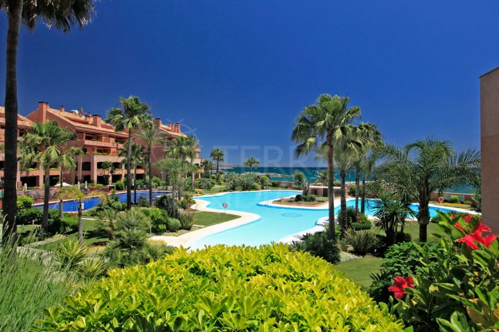 Luxurious beachside ground floor apartment with private garden with for sale in Malibu, Puerto Banus, Marbella