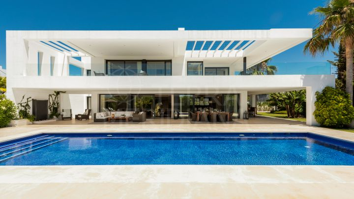 Spacious contemporary villa with sea views for sale in Altos de Puente Romano, Marbella Golden Mile