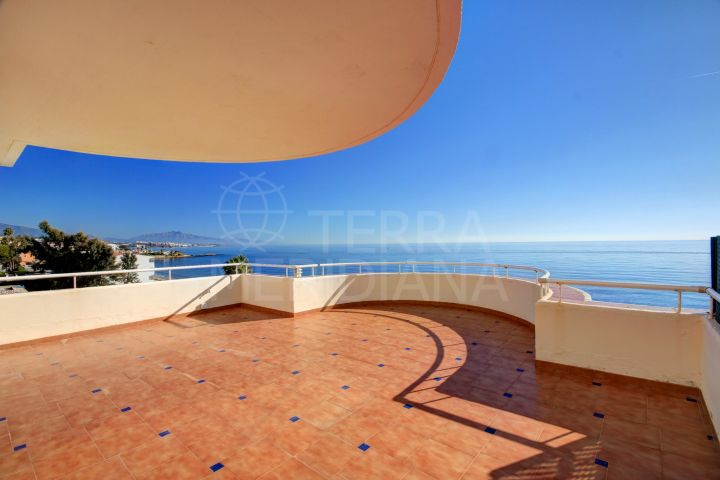 Frontline beach duplex penthouse for sale in Sinfonía del Mar, to the West of Estepona