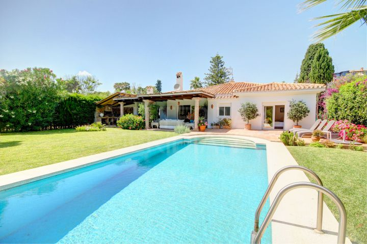 Bright and Spacious Villa for Sale in El Paraiso Barronal, Estepona