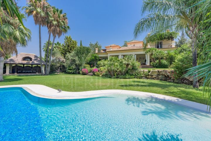 Classical style 5 bedroom villa for sale in el Paraiso Medio overlooking El Paraiso Golf