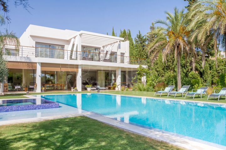 Contemporary and elegant villa for sale in Parcelas del Golf, Nueva Andalucia