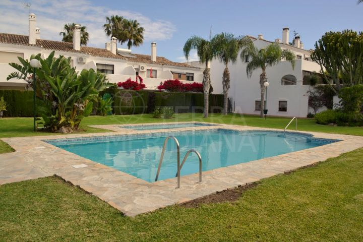Immaculate modern-style townhouse walking distance to Estepona town