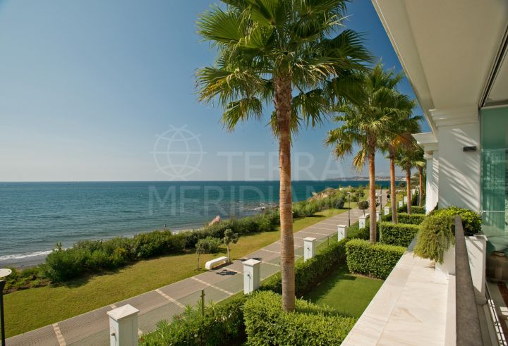 Elegant seafront apartment for sale in Doncella Beach, Estepona