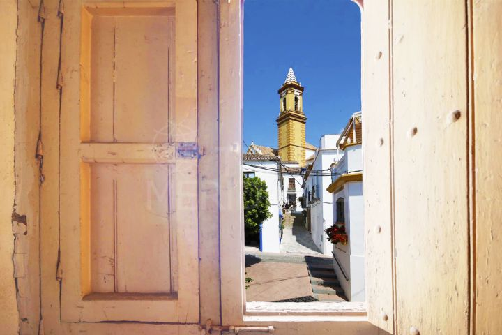 Townhouse for sale in the heart of the old town of Estepona, next to Plaza de las Flores and close to the beach