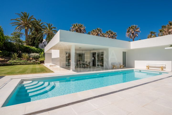 Single storey contemporary villa for sale in the neighbourhood of Reyes y Reinas, Sotogrande