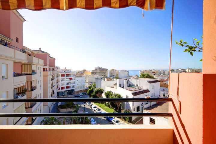 Fabulous 3 bedroom apartment for sale in Estepona centre with sea views