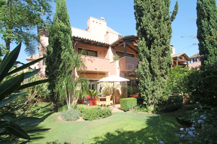 Elegant semi-detached villa for sale in Cascada de Camojan, Marbella Golden Mile