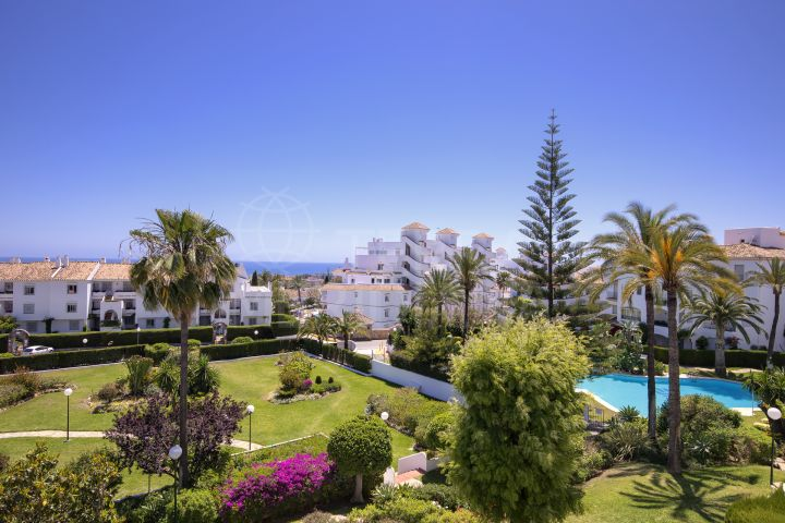 Refurbished apartment with sea views for sale in Cerro Blanco, Nueva Andalucia