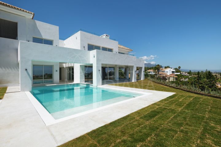 Ultra-luxurious turnkey villa with scenic golf and sea views for sale in Paraiso Alto, Benahavis