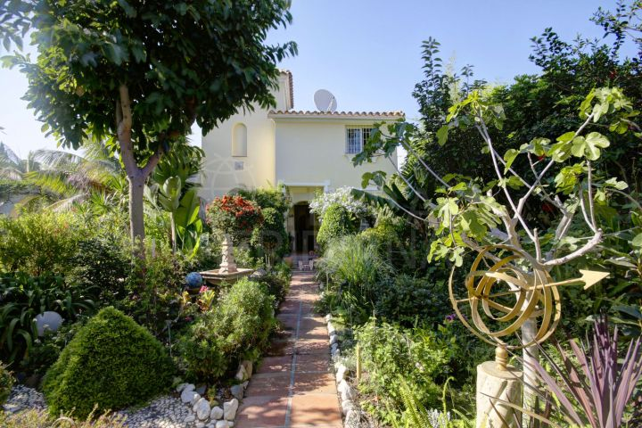 Mediterranean style villa for sale in Nueva Andalucia
