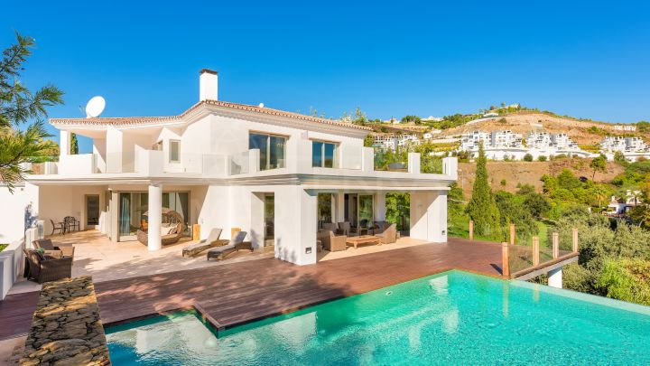 Stylish frontline golf villa for sale in La Quinta, Benahavis