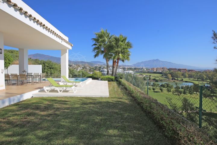 Frontline golf villa for sale in La Alqueria, Benahavis