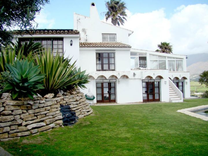 Estepona, Fantastic Villa with stunning sea views in Bahia Dorada, Estepona