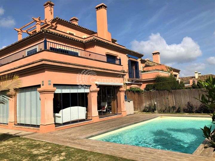 Sotogrande, Spacious townhouse situated in El Casar Floresta...