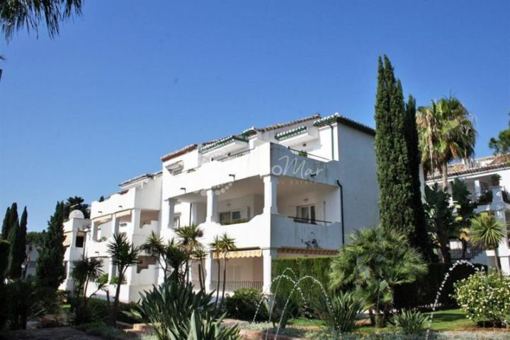 Estepona, Wonderfully finished 3 bedroom penthouse in the popular beach front development of El Presidente surrounded by lush green gardens