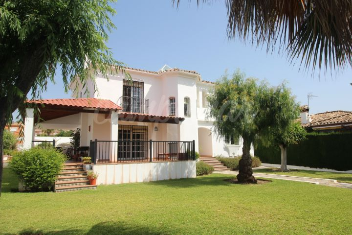 Estepona, Superb family Villa with large plot, gardens, private pool and garage