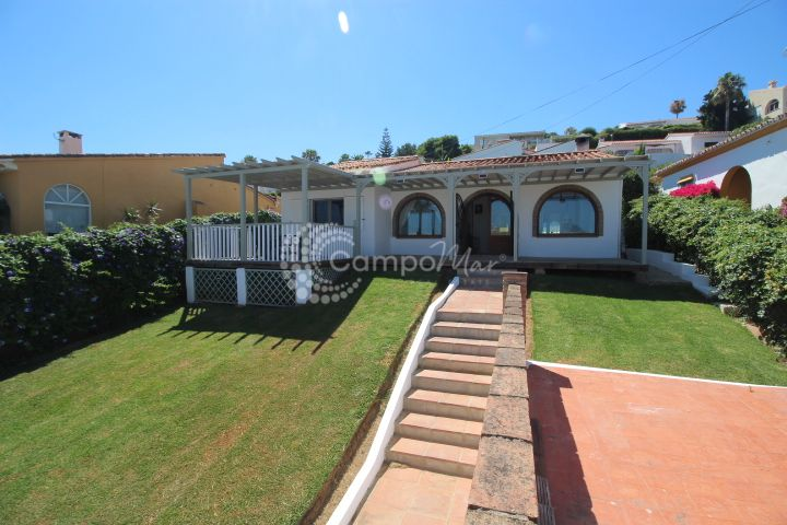 Estepona, Charming bungalow style detached villa, located over looking the sea. Easy access to all amenities.