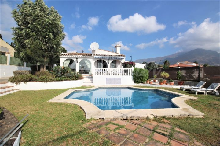 Estepona, Villa with private pool and sea views for sale in Estepona