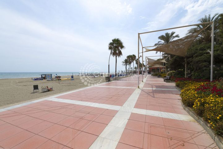 Estepona, Fantastic opportunity! Front line apartment situated in the heart of Estepona