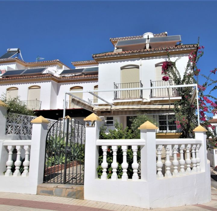 Estepona, Super large corner townhouse situated in Estepona