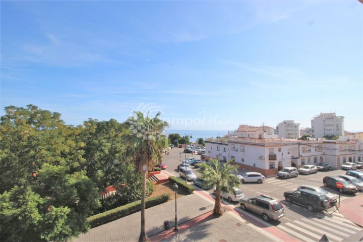 Estepona, Great central 3 bedroom apartment with south orientation and sea views.