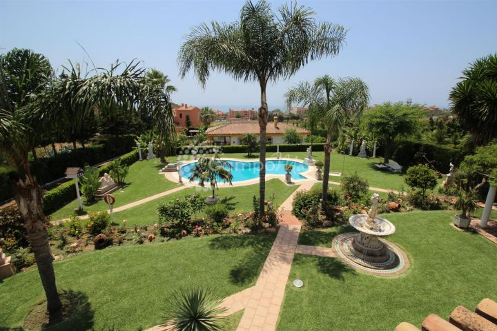 Estepona, GORGEOUS VILLA WITH GUEST HOUSE