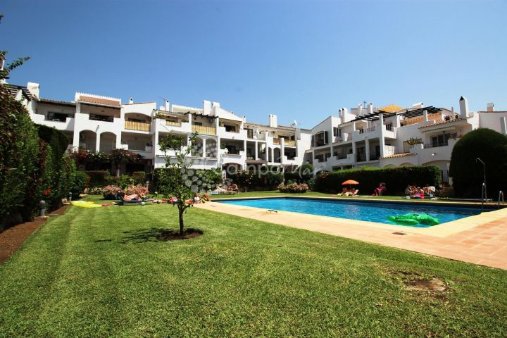 Estepona, QUAINT GROUND FLOOR APARTMENT WITH TERRACE AND GARDEN