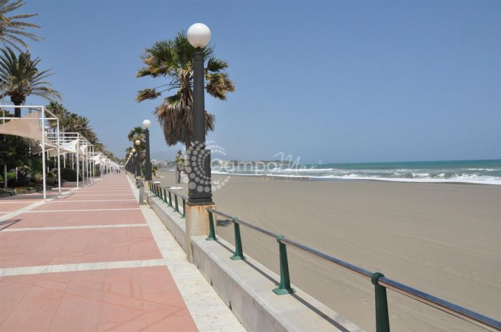 Estepona, GREAT OPPORTUNITY - 3 BEDROOM APARTMENT RIGHT BY THE BEACH