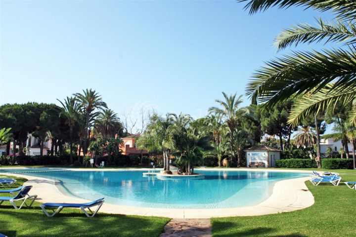Estepona, Penthouse available in El Presidente, beach side between San Pedro and Estepona.